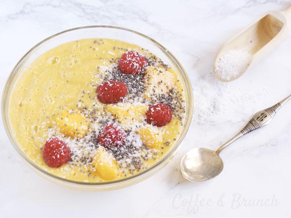 Batido de cuchara con cúrcuma y mango - Receta de brunch saludable, vegana, sin gluten y sin lácteos