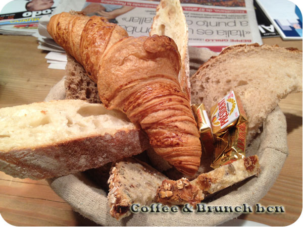 Ecological brunch in Barcelona - Le pain quotidien - Croissant