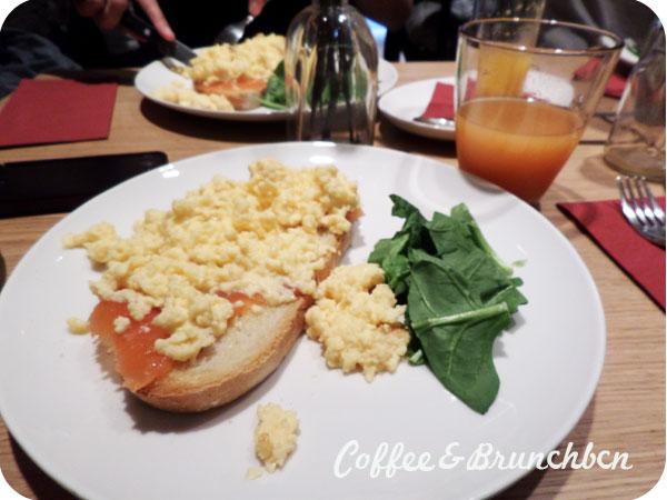 Un brunch sencillo pero barato-L'Angolino-Huevos y salmon