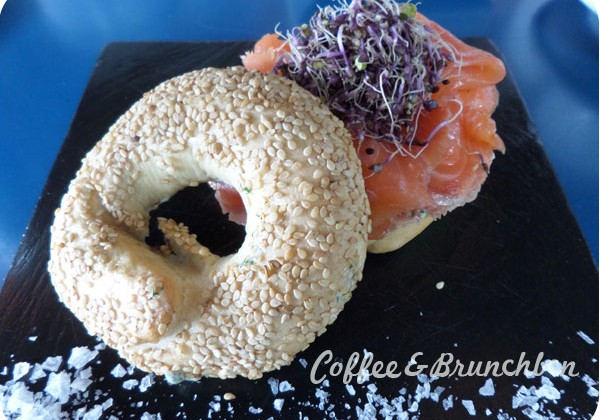 Brunch bien presentado pero mediocre–The room service-Bagel con salmon