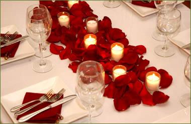 Decoración de petalos de rosas y velas